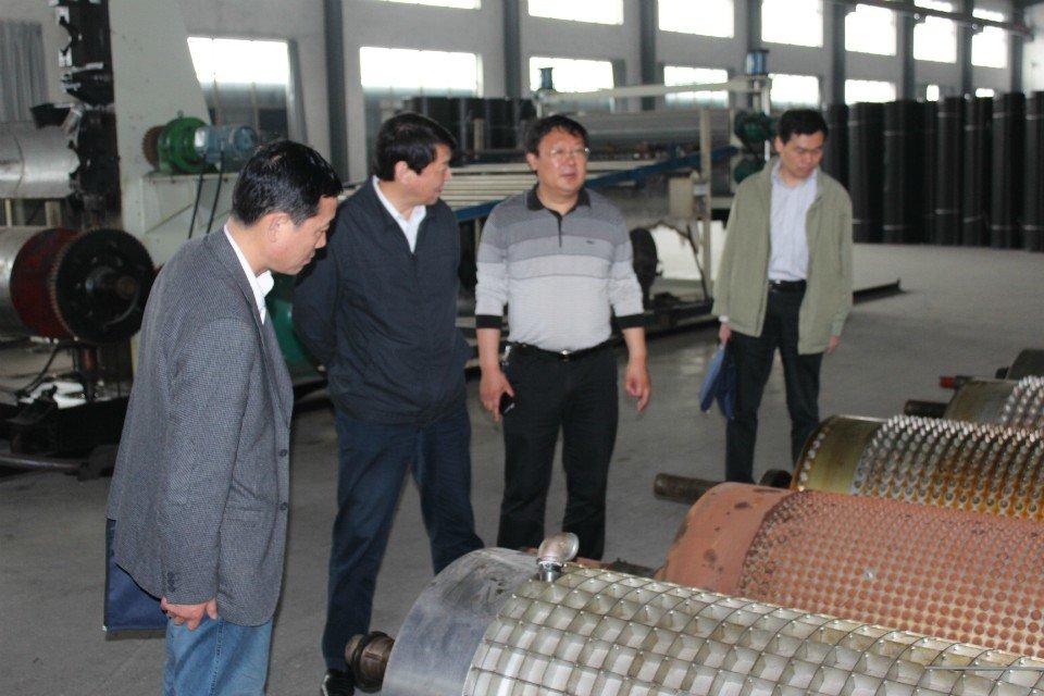 江苏省财政厅领导参观沪望排水板生产车间